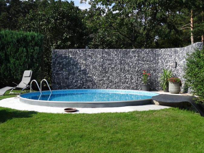 Schanskorven om een zwembad